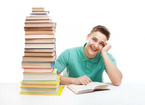 Homem organizando material de estudos